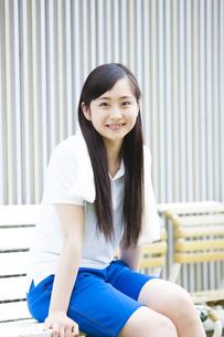 ベンチに座る女の子の写真素材 [FYI04681503]