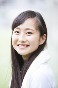 笑顔の女の子の写真素材 [FYI04681504]