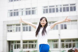 両手を広げる女の子の写真素材 [FYI04681506]