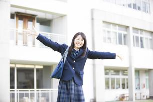 腕を広げる女子高生の写真素材 [FYI04681521]