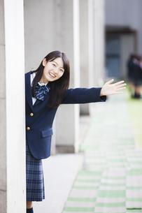 手を振る女子高生の写真素材 [FYI04681523]