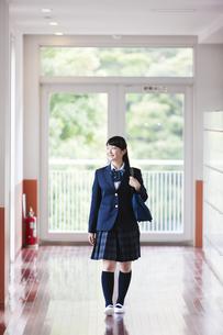 廊下を歩く女子高生の写真素材 [FYI04681548]