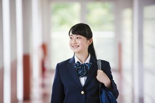 廊下を歩く女子高生の写真素材 [FYI04681551]