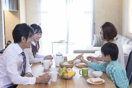 朝食を食べる家族の写真素材 [FYI04681552]
