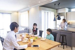 朝食を食べる家族の写真素材 [FYI04681554]