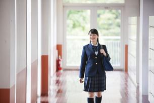 廊下を歩く女子高生の写真素材 [FYI04681556]