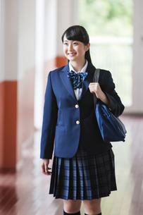 廊下を歩く女子高生の写真素材 [FYI04681558]