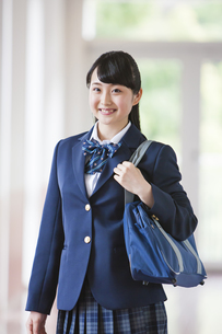 廊下を歩く女子高生の写真素材 [FYI04681561]