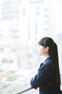 窓から外を眺める女子高生の写真素材 [FYI04681569]