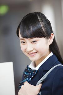 微笑む女子高生の写真素材 [FYI04681577]