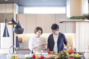 キッチンに立つ夫婦の写真素材 [FYI04681578]