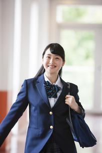 笑顔の女子高生の写真素材 [FYI04681580]