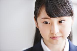 真剣な表情の女子高生の写真素材 [FYI04681593]
