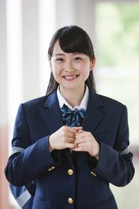 笑顔の女子高生の写真素材 [FYI04681608]