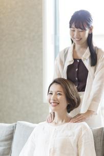 母の肩を揉む娘の写真素材 [FYI04681612]