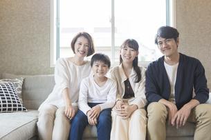 4人家族のポートレートの写真素材 [FYI04681613]