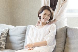 母の肩を揉む娘の写真素材 [FYI04681614]