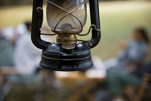 オイルランタンとキャンプ場のイメージ写真の写真素材 [FYI04681637]
