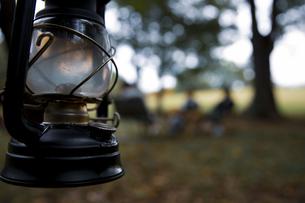オイルランタンとキャンプ場のイメージ写真の写真素材 [FYI04681638]