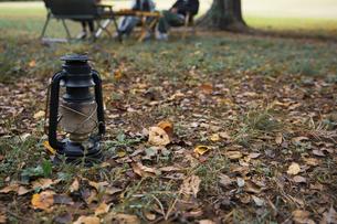 オイルランプとキャンプイメージの写真素材 [FYI04681640]