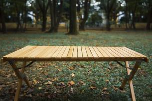 キャンプ用品の木製テーブルの写真素材 [FYI04681645]