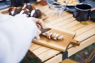 レーズンバターをナイフで切る女性の手元の写真素材 [FYI04681650]