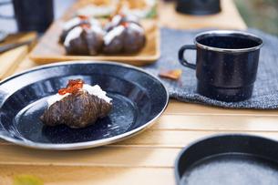 木製テーブルの上に並べられたクロワッサンサンドのテーブル写真の写真素材 [FYI04681656]