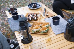 木製テーブルの上に並べられたクロワッサンサンドのテーブル写真の写真素材 [FYI04681662]