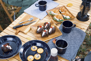 木製テーブルの上に並べられたクロワッサンサンドのテーブル写真の写真素材 [FYI04681663]