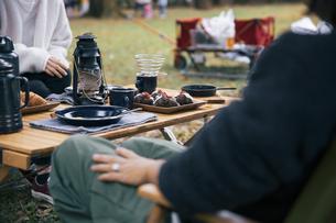 キャンプ場でランチする女性たちのイメージ写真の写真素材 [FYI04681673]