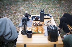 キャンプ場でランチする女性たちのイメージ写真の写真素材 [FYI04681686]