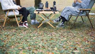 キャンプ場でランチする女性たちのイメージ写真の写真素材 [FYI04681688]