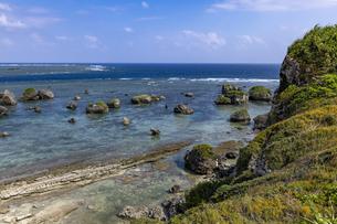 東平安名崎 津波岩の写真素材 [FYI04681853]