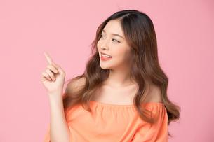 指差しをしている若い女性の写真素材 [FYI04681962]