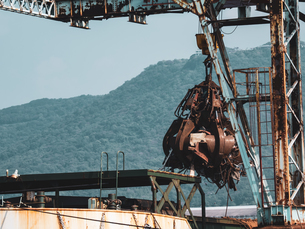 【産業】巨大なクレーンでスクラップを掴む様子 ごみの写真素材 [FYI04681985]