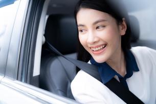 車を運転している綺麗な女性の写真素材 [FYI04682018]
