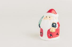 【クリスマス】かわいいサンタクロースの置き物 冬の写真素材 [FYI04682036]
