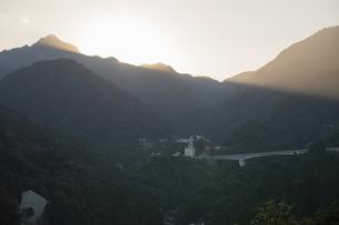 鈴鹿山脈に沈む太陽と薄明光線の写真素材 [FYI04682042]