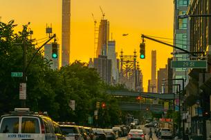 夕焼けに染まるロングアイランドシティー クイーンズボロープラザの街並みと後ろに見えるマンハッタンの高層マンション。の写真素材 [FYI04682046]