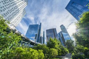 ニューヨーク市 ロングアイランドシティー クイーンズボロープラザの高層ビル群の間を走るニューヨーク市地下鉄。の写真素材 [FYI04682086]