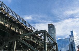 ニューヨーク市 ロングアイランドシティー クイーンズボロープラザの地下鉄高架線越しの高層ビル群。の写真素材 [FYI04682092]
