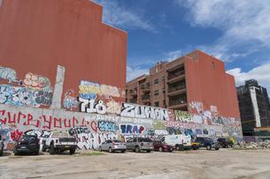 ニューヨーク市 ロングアイランドシティーの住宅街の駐車場に書かれた落書き。の写真素材 [FYI04682115]