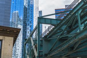 ニューヨーク市 ロングアイランドシティー クイーンズボロープラザの地下鉄高架線と高層オフィスビル群。の写真素材 [FYI04682121]