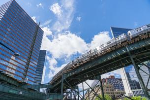 ニューヨーク市 ロングアイランドシティー クイーンズボロープラザの高層ビル群の間を走る地下鉄高架線。の写真素材 [FYI04682124]