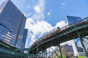 ニューヨーク市 ロングアイランドシティー クイーンズボロープラザの高層ビル群の間を走る地下鉄高架線。の写真素材 [FYI04682126]