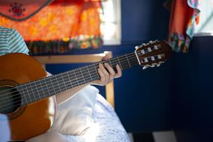 ギターを持っている女性の手元の写真素材 [FYI04682174]