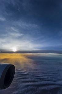 機中から見る美しい夕陽の写真素材 [FYI04682231]