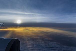 機中から見る美しい夕陽の写真素材 [FYI04682232]