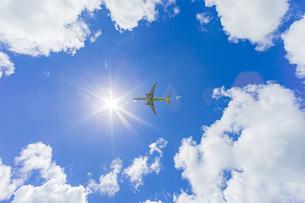 石垣空港を飛び立つ旅客機の写真素材 [FYI04682240]