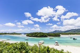 川平湾の観光名物であるグラスボートと夏の絶景の写真素材 [FYI04682253]